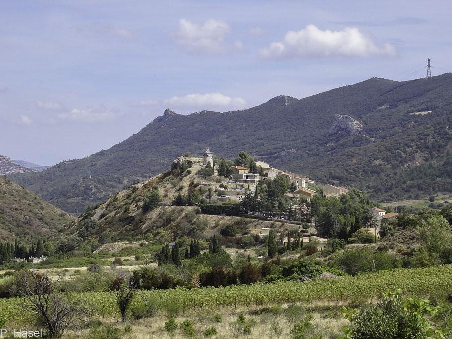 Bild: Blick auf den Ort Cucugnan mit Windmühle