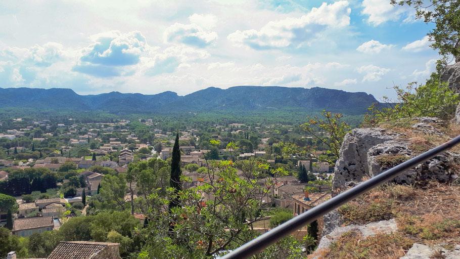 Bild: Blick auf Eygalières im Hintergrund die Alpilles