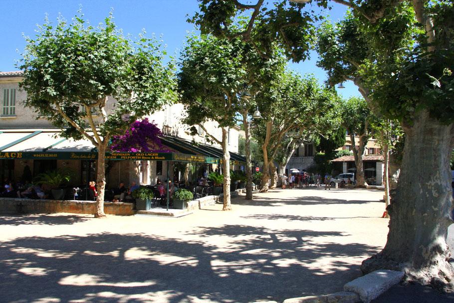"Bild: Am Place du Marché auch ""Place du jeu de boules"" genannt. Hier wird nach Feierabend Boule gespielt. Künstler wie Yves Montand und Lino Ventura malten und spielten hier in St.-Paul de Vence"