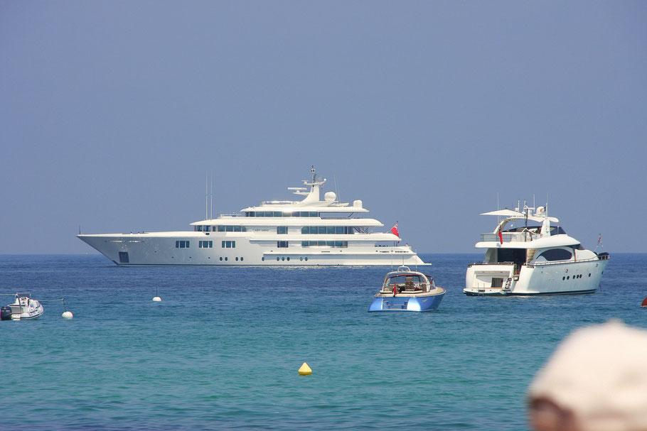 Bild: der Ausblick vom Strand in Saint-Tropez auf Yachten die vor der Stadt ankern