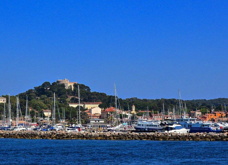 Bild: Blick auf Hafen von Porquerolles mit Fort St. Agatha