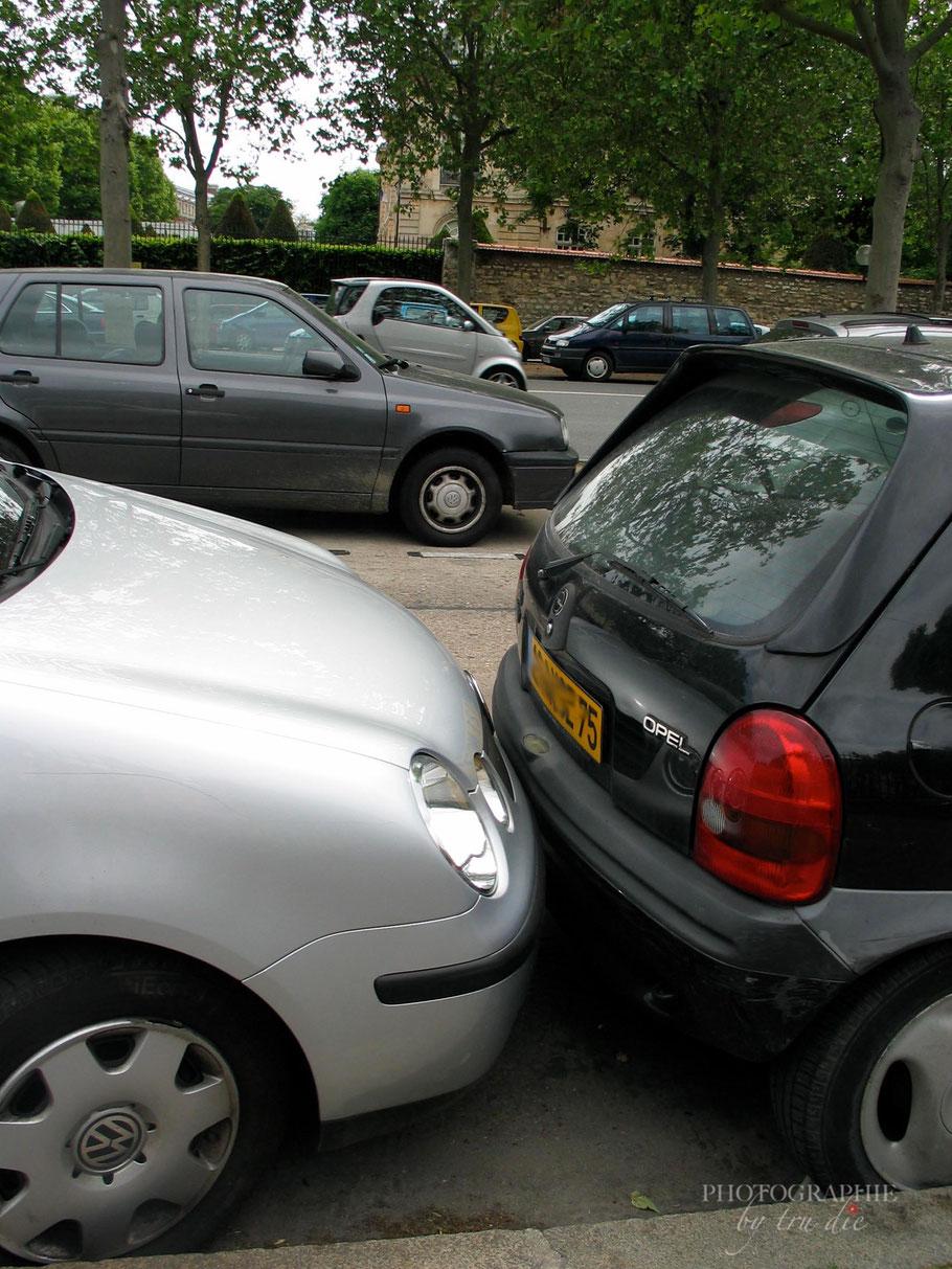 Hier passt kein Finger zwischen die Autos. Handbremse bleibt offen und dann wird so lange nach vorne geschoben, bis das eigene Auto eingeparkt ist.