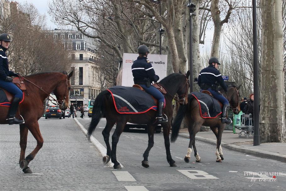 Bild: berittene Polizei in Paris