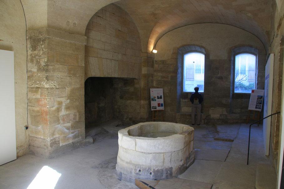 Bild: Waschhaus mit Brunnen und Kamin in der Chartreuse Pontificale du Val de Bénédiction in Villeneuve-lés-Avignon