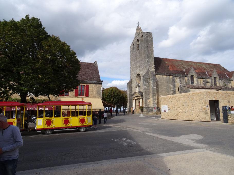 Bild: Wehrkirche am Marktplatz in Domme