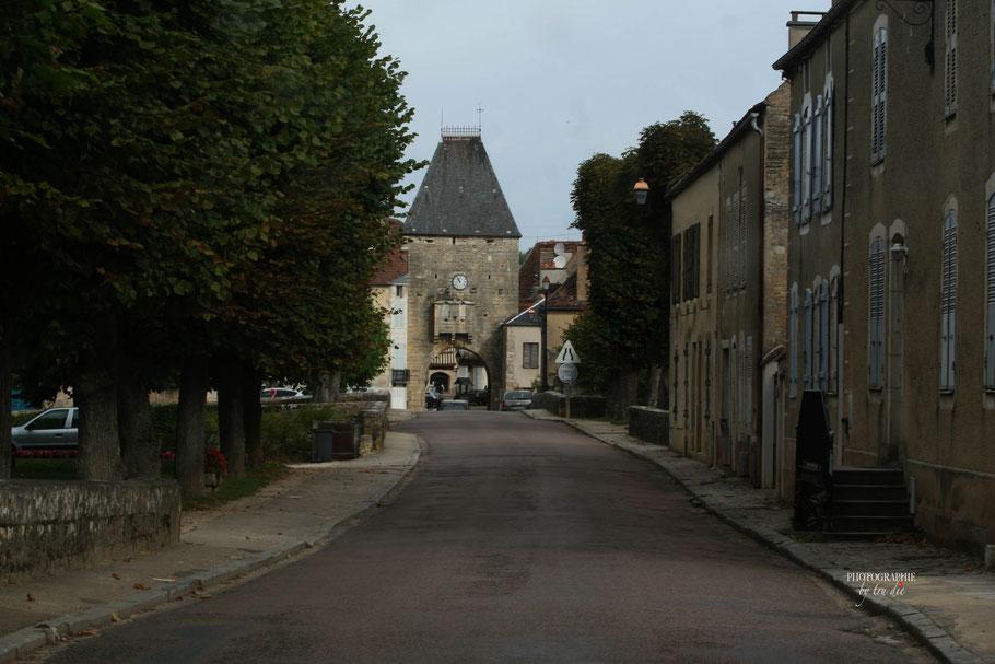 Bild: Stadttor in der Rue de la République in Noyers-sur-Serein