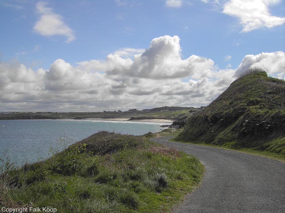 Bild: Auf dem Wanderweg zum Fort de l´Îlette im Norden der Halbinsel und zum Phare de Kermorvan, hier Blick auf die Plage des Blancs Sablons