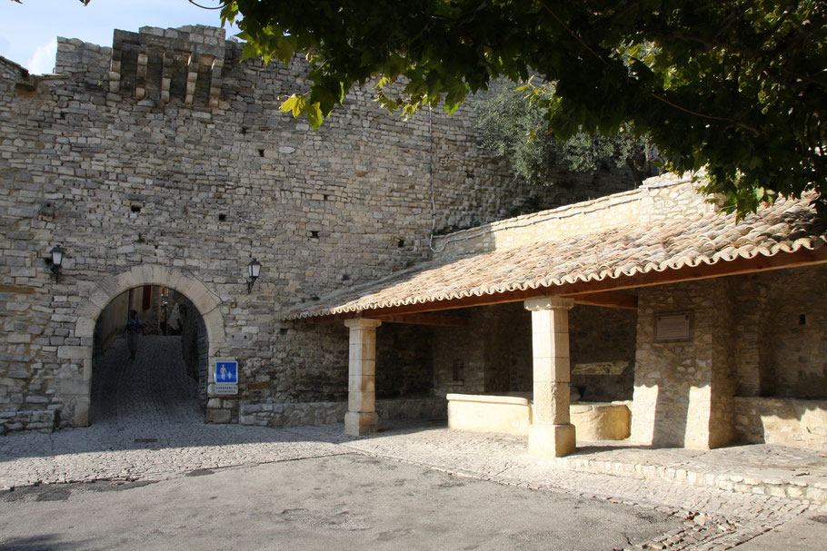 Bild: Portail des Huguenots aus dem 14. Jh. in Seguret, Vaucluse