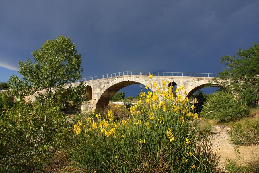 Bild: Pont Julien bei Bonnieux