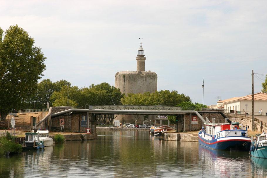 Bild: Aigues-Mortes mit dem Tour de Constance vom Kanal du Midi aus gesehen