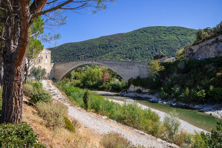 Bild: Nyons mit Pont Roman im Département Drôme