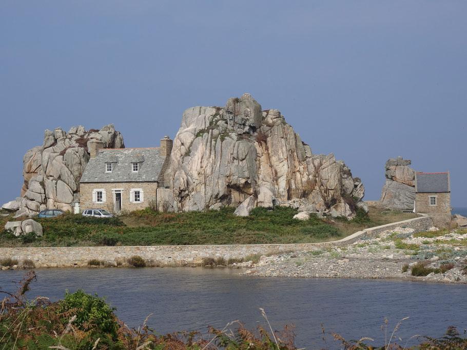 Bild: Le Gouffre de Plougrescant, Haus zwischen den Felsen