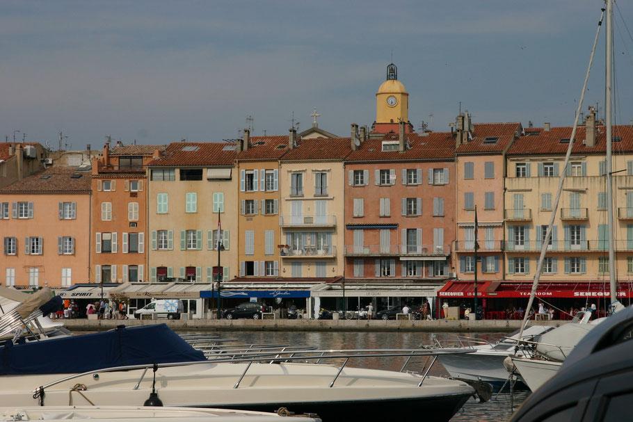"""Bild: an der Promenade """"Quai Jean-Jaurès"""" von St.-Tropez mit schmiedeeisernem Glockenturm der Kirche im Zentrum"""