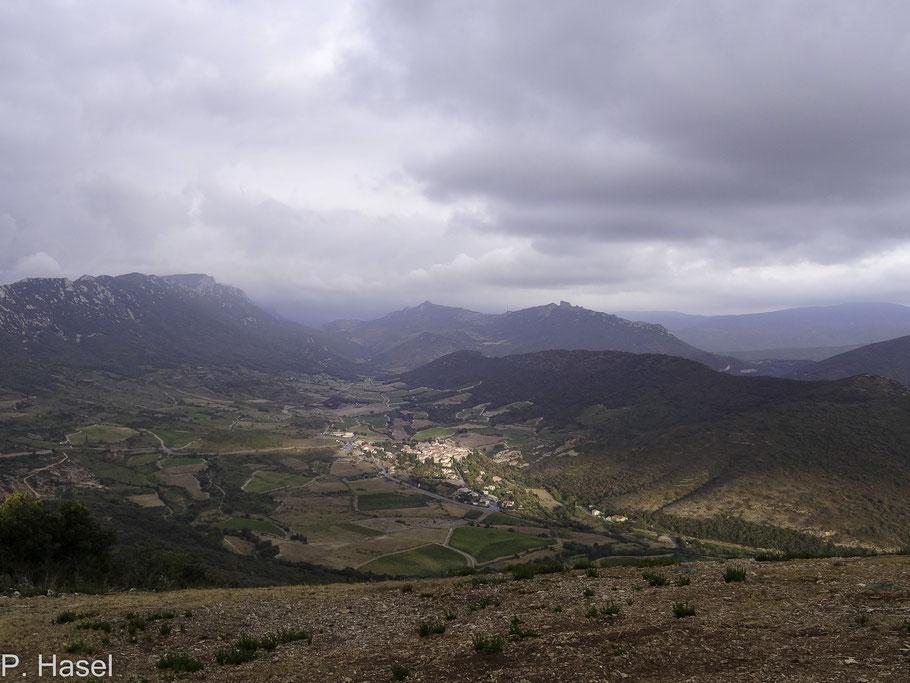 Bild: Blick von den Bergen der Katharerburg Quéribus auf den Ort Duilhac-sous-Peyrepertuse und in den Bergen auf Château de Peyrepertuse