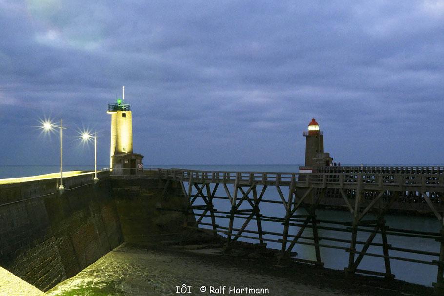Bild: Hafeneinfahrt Fécamp bei Nacht