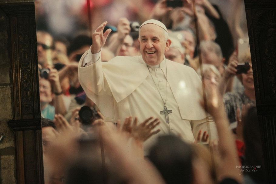 Bild: Cathédrale Notre-Dame de Paris, hier Bild des Papstes in Notre-Dame