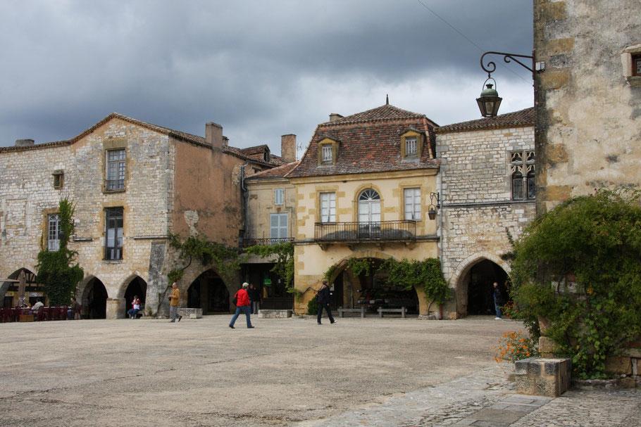 Bild: zentraler Platz in Monpazier im Departement Dordogne