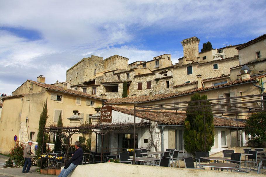 Bild: Restaurant Le Sanglier Paresseux in Caseneuve mit seiner Terrasse