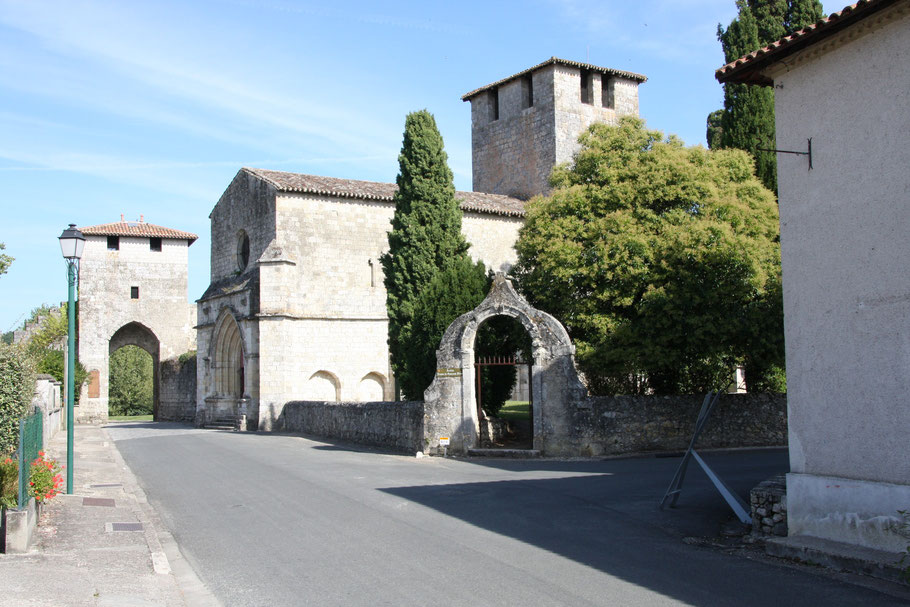 Bild: Église Saint-Christophe de Vianne, links eines der Stadttore in Vianne im Departement Lot & Garonne