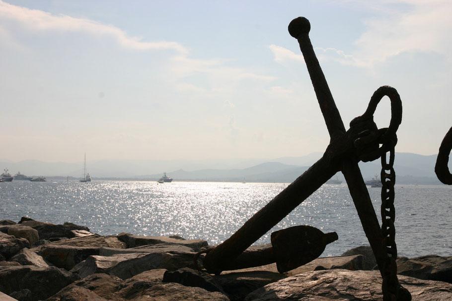 Bild: alter Anker im Hafen von Saint-Tropez