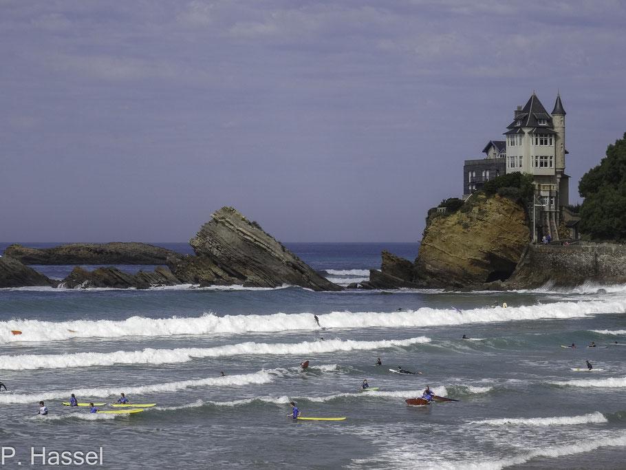 Bild: Surfer am Strand von Biarritz vor der Villa Belza