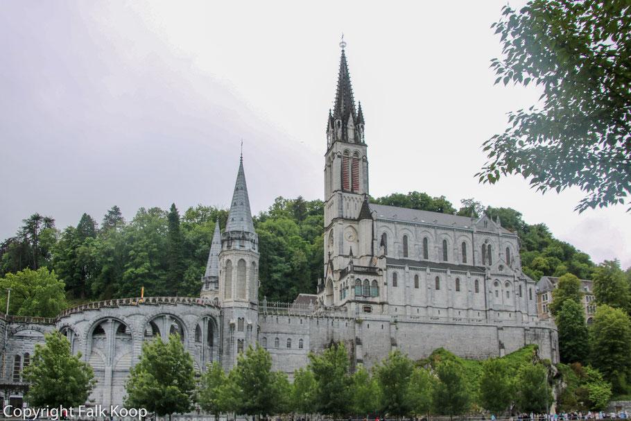 Bild: Blick auf Basilika de l´Immaculée Conception über der Grotte in Lourdes