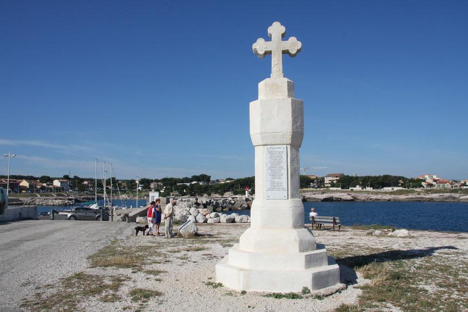 Bild: Kreuz an der Spitze der Bucht von Carro