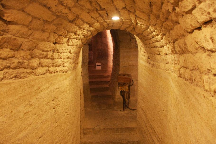 Die unterirdischen Gänge führen zu den verschiedenen Arbeitsräumen auch zu einer Ölmühle