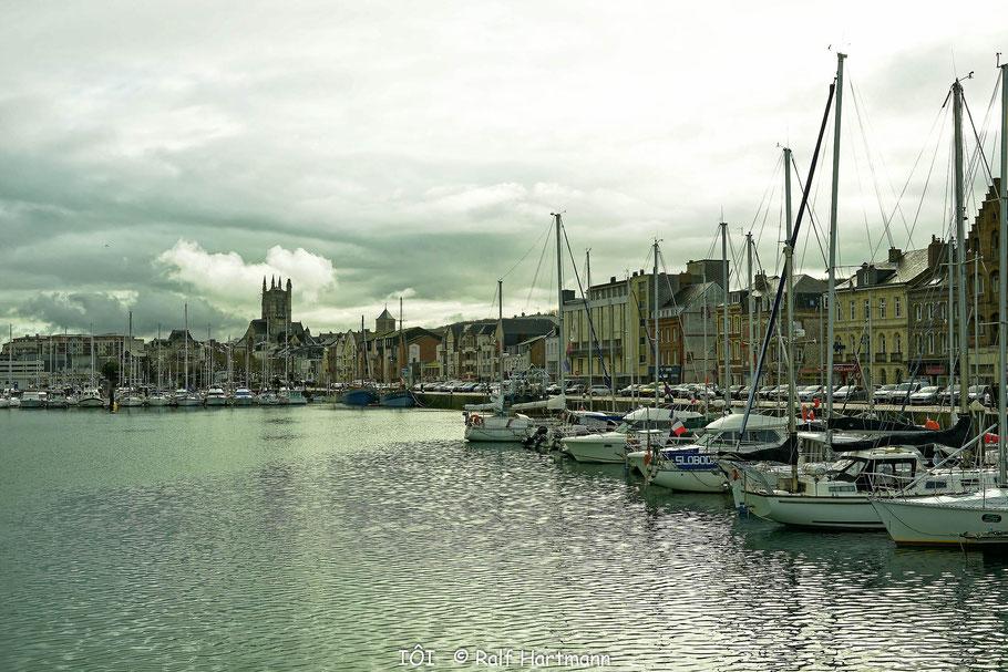 Bild: Hafen von Fécamp, im Hintergrund Église St.-Étienne de Fécamp