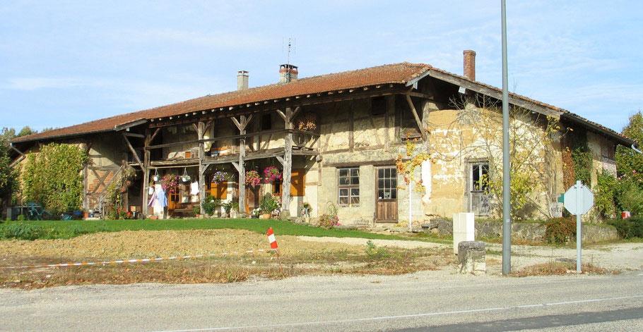 Bild: typisches Bauernhaus in den Dombes im Departement Ain