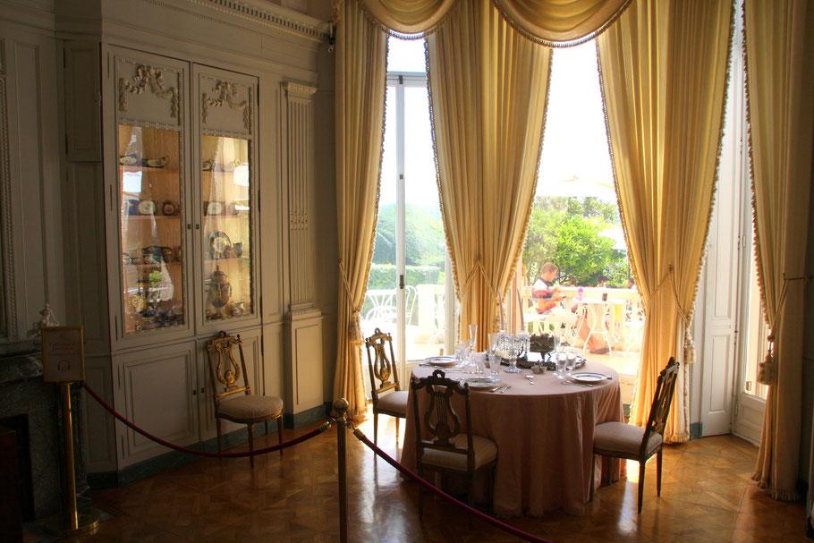 Bild: Speisezimmer mit kostbarem Porzelan im Musée Ephrussi de Rothschild