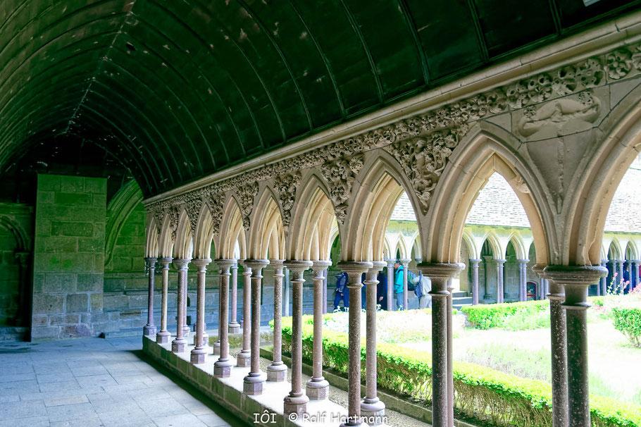 Bild: Kreuzgang mit Garten in der Abtei von Mont-Saint-Michel