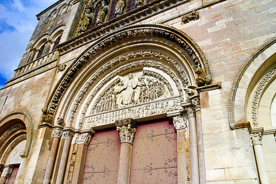 Bild: Tympanon des Mittelportals der Basilika Sainte Marie Madeleine in Vézelay