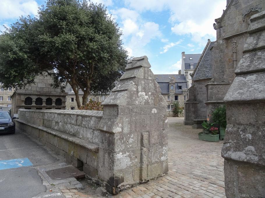 """Bild: An der Kirche """"Notre-Dame-de-Kroaz-Baz"""" in Roscoff"""