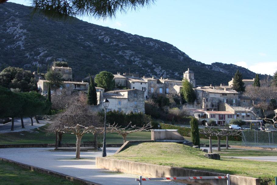 Bild: Blick auf das alte Maubec mit Schloss