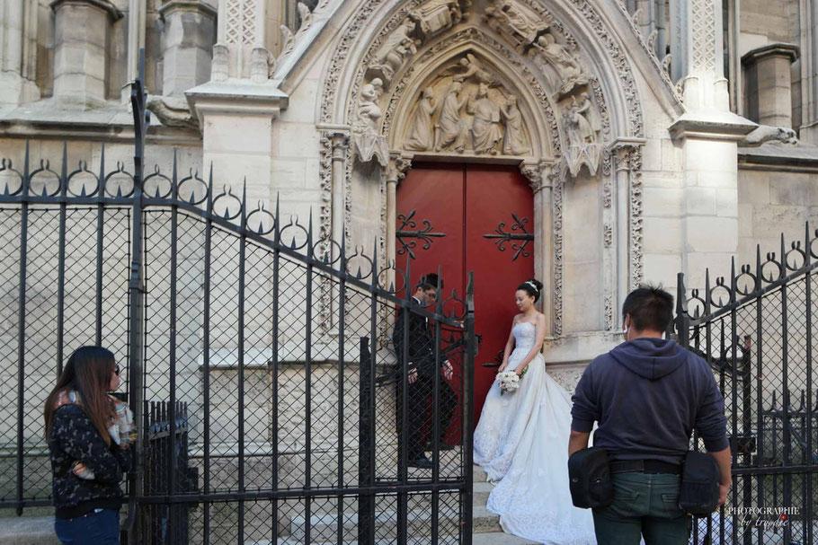 Brautpaar am Seiteneingang von Notre Dame