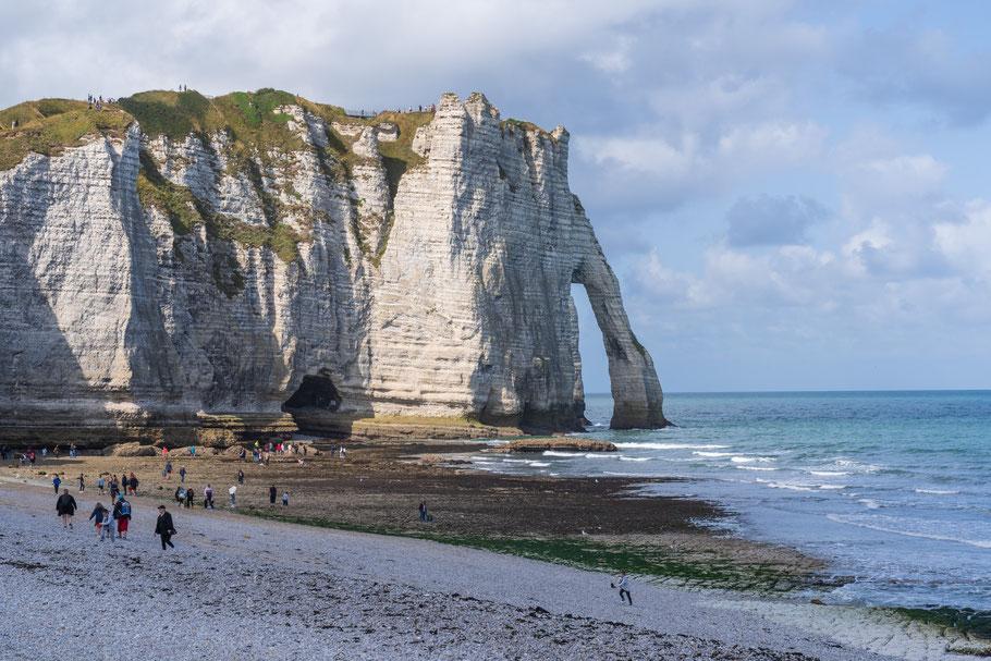 """Bild: Der Brückenbogen """"Porte d´Aval"""" in Ètretat in der Normandie im Département Seine-Maritime"""