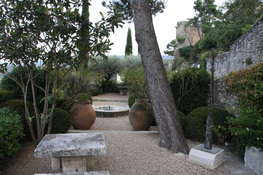 Bild: kleiner öffentlicher Garten in Ménerbes
