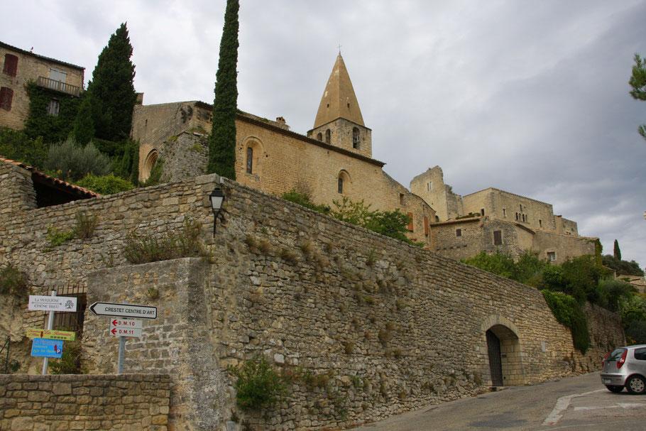 Bild: Der Ort Crestet mit Kirche und Burg