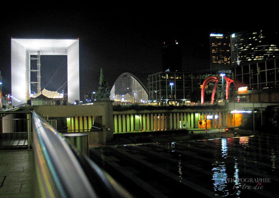 """Bild: Links La Grande Arche, recht die """"Rote Spinne"""" von Calder im La Defénse in Paris"""