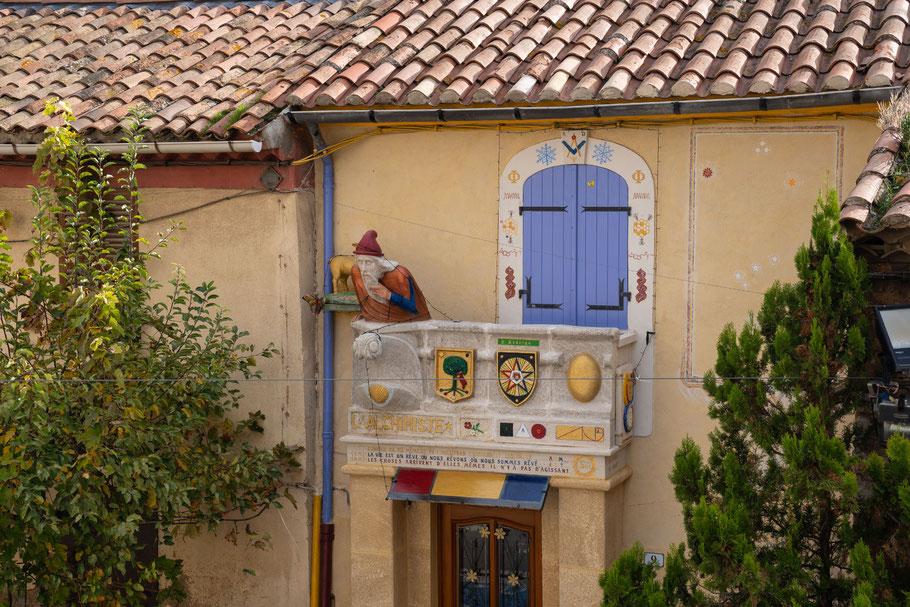 Bild: Cabriés, Bouches du Rhône, Haus mit Nostradamus, l ´Alchimiste, und Wappen