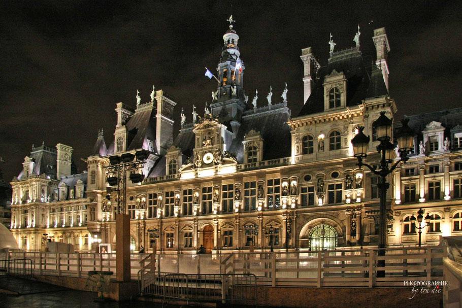 Bild: Hôtel de Ville in Paris bei Nacht