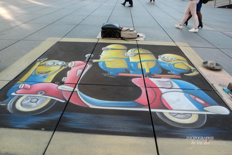 Bild: Straßenmalerei an der Fontaine Igor Stravinsky Paris