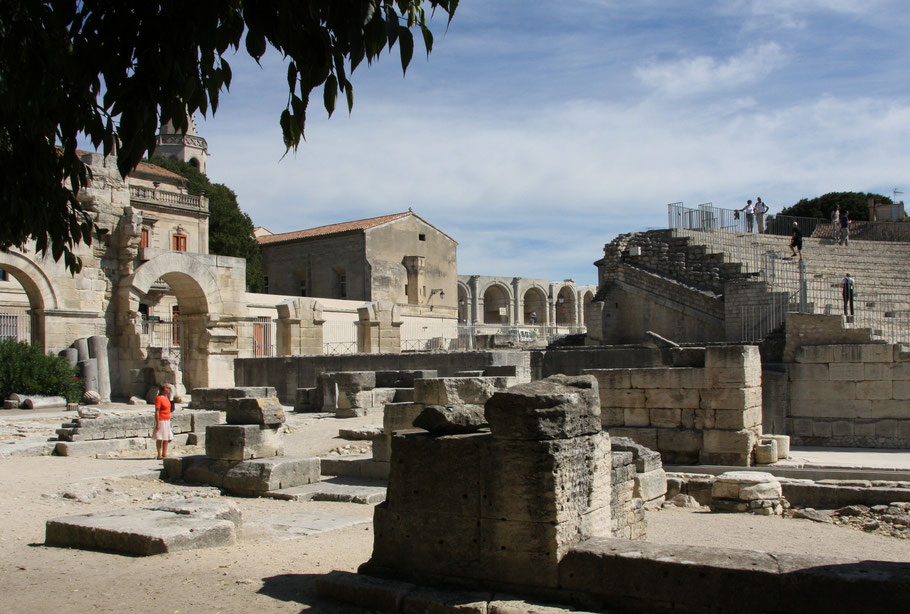 Bild: Arles im Théâtre antique, im Hintergrund Les Arénas, Provence