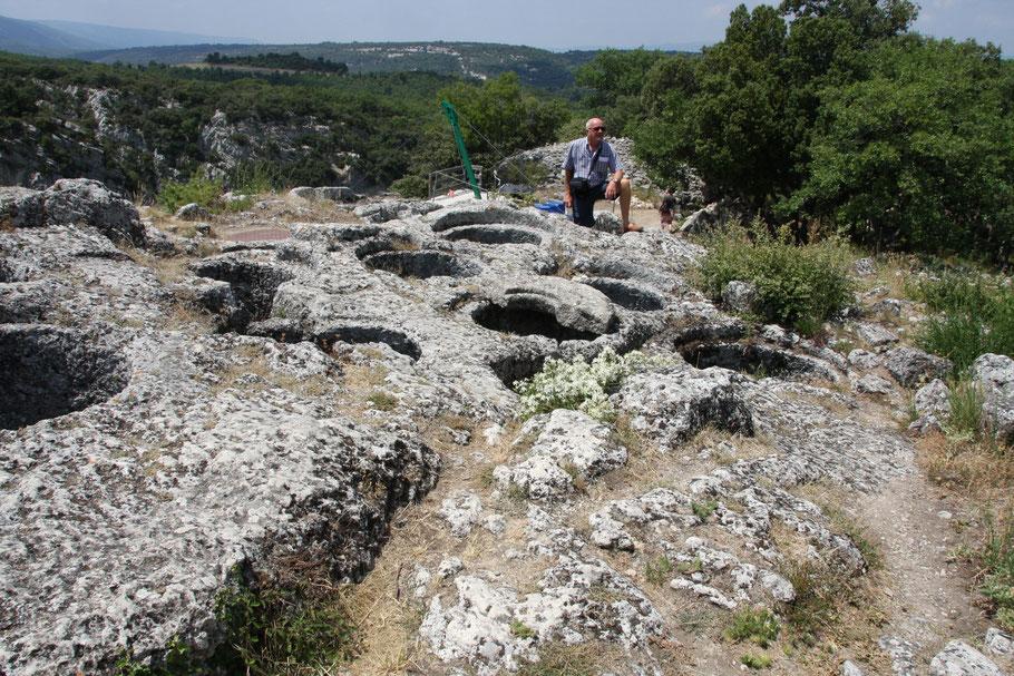 Bild: in den Fels gehauene Wasserzysterne im Fort de Buoux