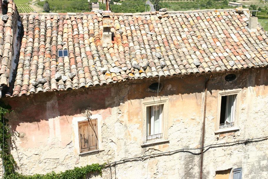 Bild: altes Haus in der Provence mit Röhrendachziegel, Provence