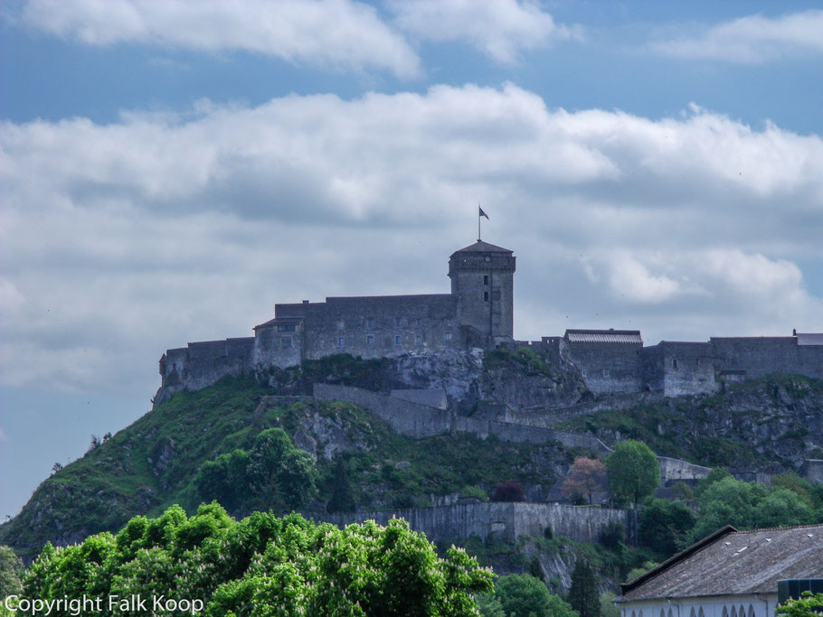 Bild: Blick auf Château ford de Lourdes