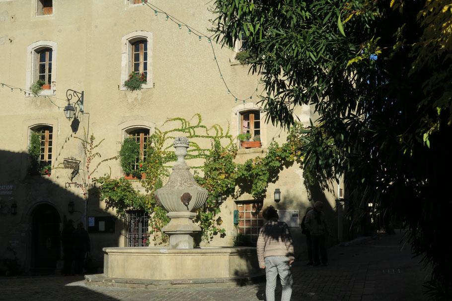 Bild: Venasque, Place de la Fontaine, Vaucluse, Provence
