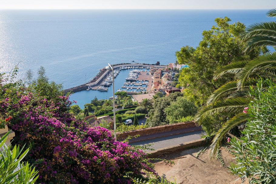 Bild: Blick auf den kleinen Hafen Point de la Galére vor Théoule-sur-Mer, Massif de l´Estérel