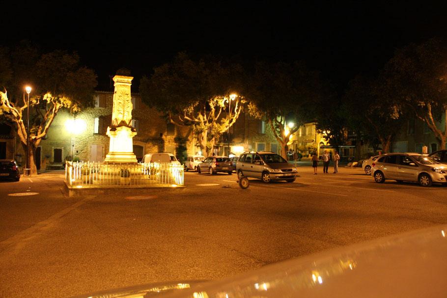 Bild: Der Dorfplatz am Abend in Goult